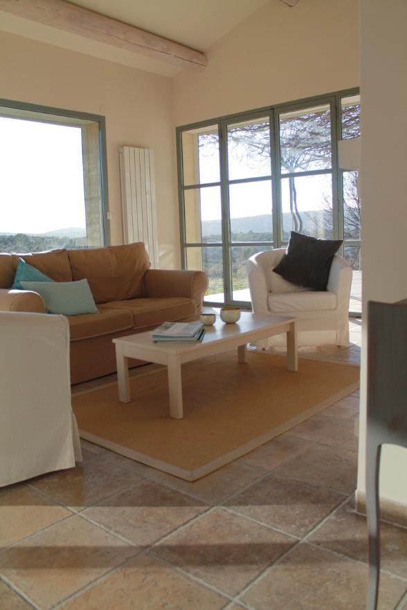 Bis zu 4m hohe Decken im Wohnzimmer - Ciel Du Luberon