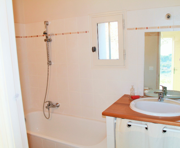 The bathroom close to the mater bed room