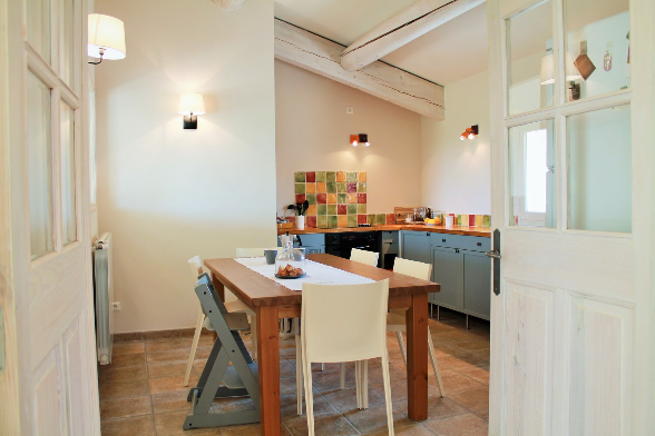 A huge kitchen with a table for up to 8 people - Vacatin in Bonnieux