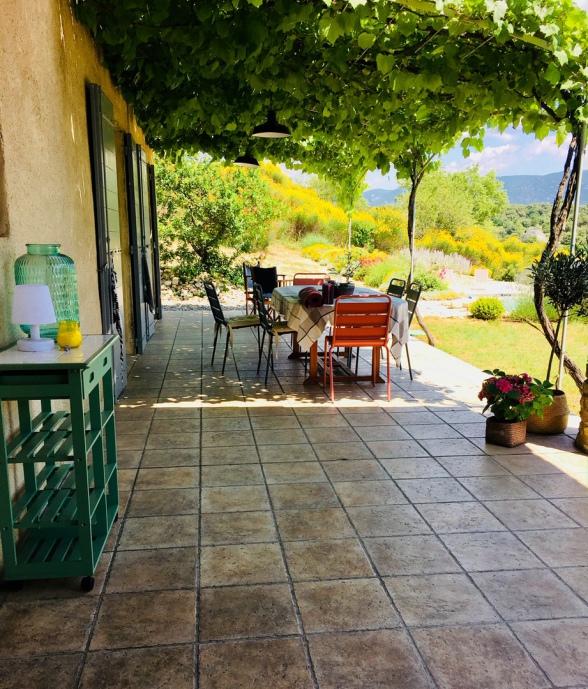Eine sehr größzügie Terrasse mit Blick auf Luberon und Pool