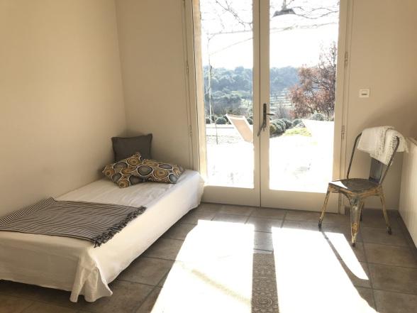 Im Gästezimmer finden insgesamt 4 Personen Platz (3 Betten und ein Kinderbett)