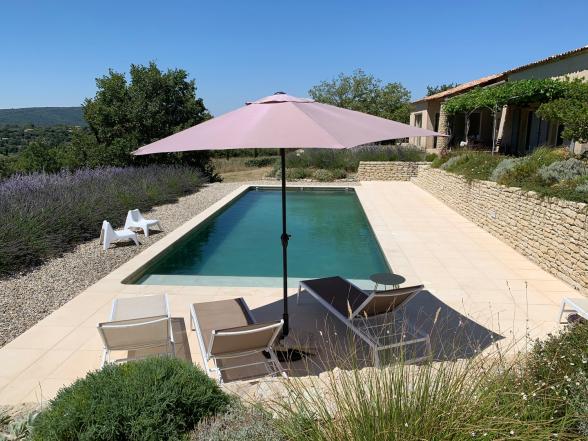 Villa und Pool - mit Blick auf Luberon